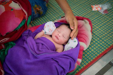 A new born and his mother at Sambo 健康 centre.