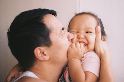 bet356体育在线育儿: Tips and resources for parents - A father kisses his child